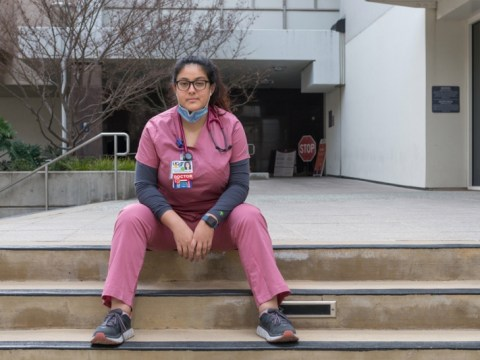 'Into the Covid ICU': 새로운 의사가 전염병의 고립, 불평등을 목격하다