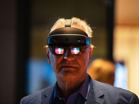 คล้อง HoloLens แล้วก้าวเข้าไปในห้องประชุม AR