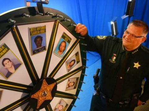 'Wheel of Fugitive'쇼를 개최하는 플로리다 보안관은 도망자가 아닌 사람들을 특징으로합니다.