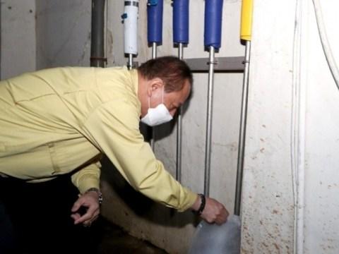 Petugas Distrik Mapo Seoul mengumpulkan sampel apartemen 'air panas fenol'