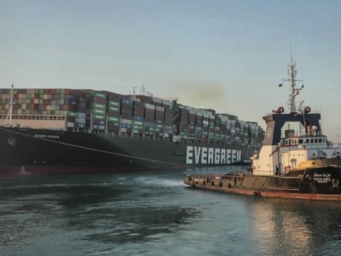 ผู้เชี่ยวชาญตรวจสอบด้านล่างของเรือคอนเทนเนอร์ขนาดใหญ่ที่ขวางคลองสุเอซ