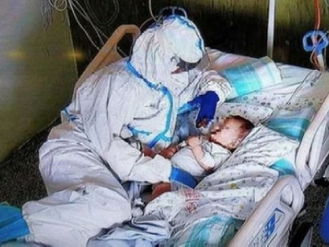 Perawat yang merawat bayi berusia 7 bulan yang terinfeksi virus corona …  Topik foto yang mengesankan
