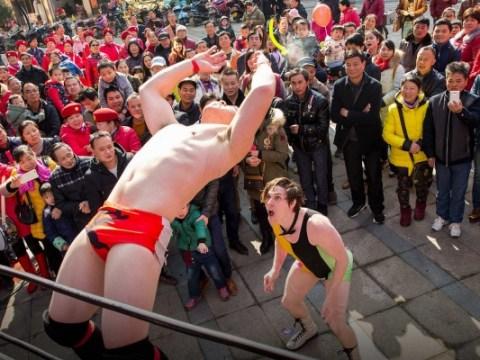นักมวยปล้ำต่อสู้เพื่อสร้าง WWE ของจีน