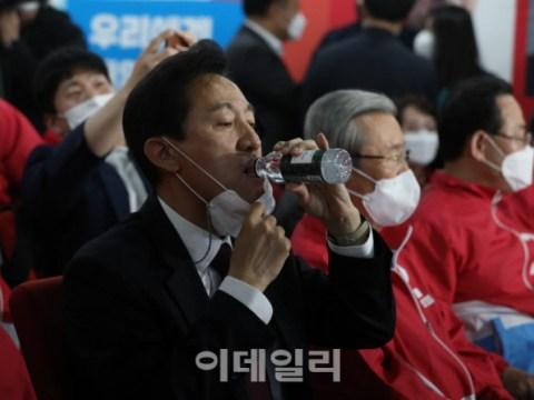 [Foto] Se-Hoon Oh menjelang pengumuman laporan keluar