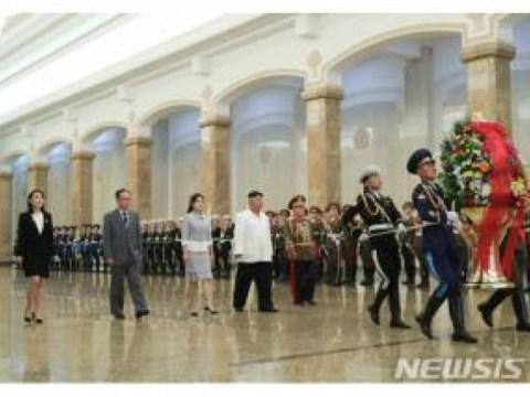 Pada hari ulang tahun Kim Jong-un dan Kim Il-sung, Istana Matahari Gunung Geumsu …  Menemani Lee Sulju, dll. (Total)