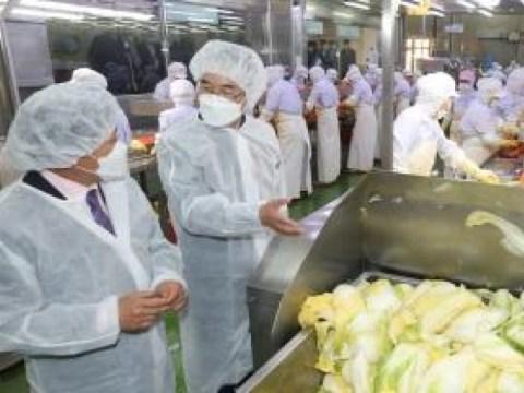 Presiden Nonghyup Lee Seong-hee mengunjungi Pabrik Kimchi, Perusahaan Manufaktur Makanan Gyeonggi Nonghyup …  Mencari cara untuk memperkuat daya saing kimchi dalam negeri