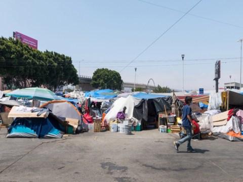 Una misión : 자원 봉사자 ofrecen atención médica a refugiados hacinados en la frontera