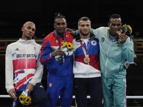 Petinju Inggris menyembunyikan medali perak di sakunya di podium