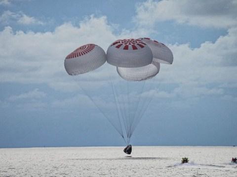 4명의 민간인 우주인이 획기적인 비행을 마치고 지구로 돌아왔습니다.