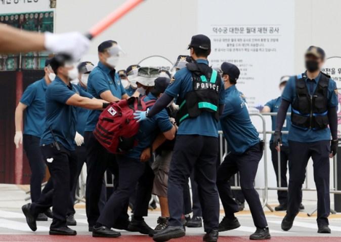 Gwanghwamun terhalang oleh tembok mobil…  Protes dan bentrokan atas pemblokiran perayaan Hari Pembebasan