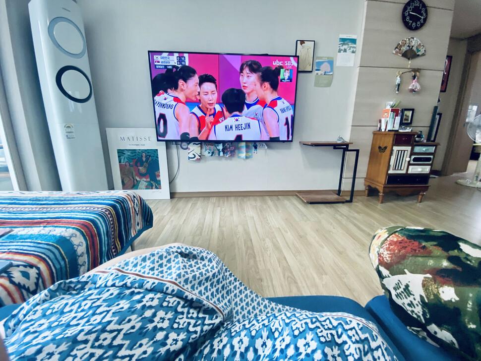 거실에서 도쿄올림픽을 보는 부부. 사진 김비 제공