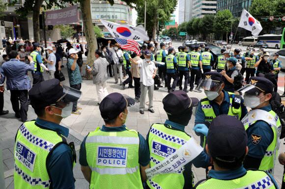 14일 경찰이 서울 종로 일대에서 광복절 행사 참가자들을 막고 있다. 연합뉴스