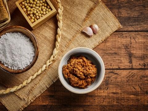 Apa ini baik untuk kesehatan dalam banyak makanan fermentasi yang dibuat dengan garam laut?