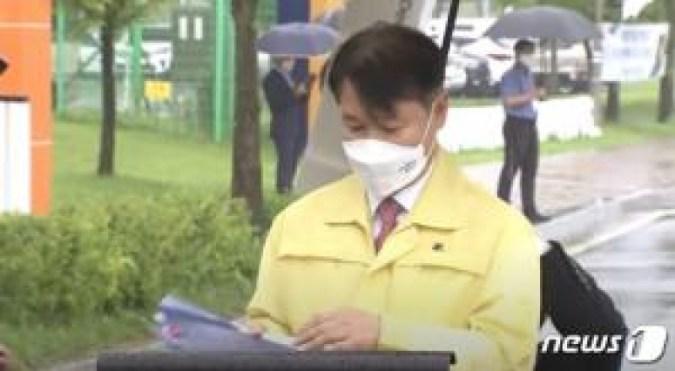 """Hong Jun-pyo, foto 'Kneeling Umbrella' """"Adegan simbolis tahun ke-5 pemerintahan Wen"""""""